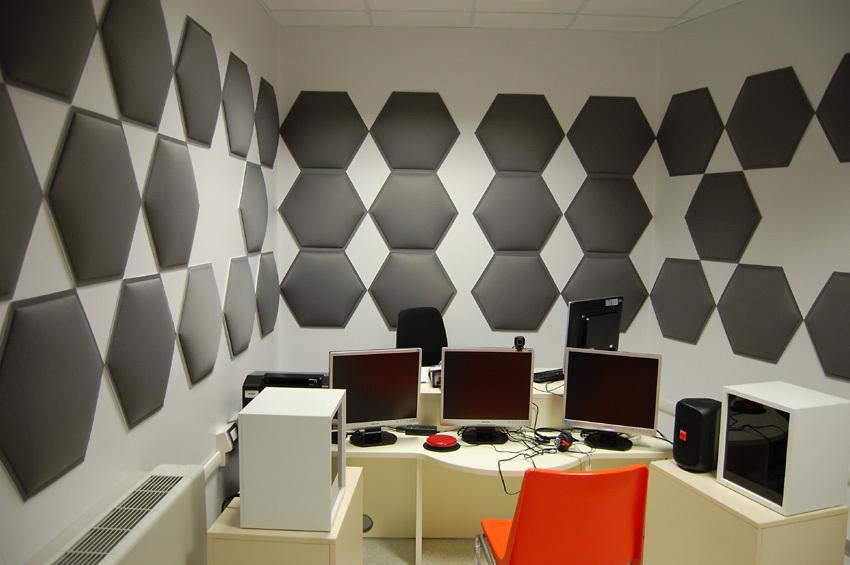 trattamento acustico di una stanza con panelli fonoassorbenti